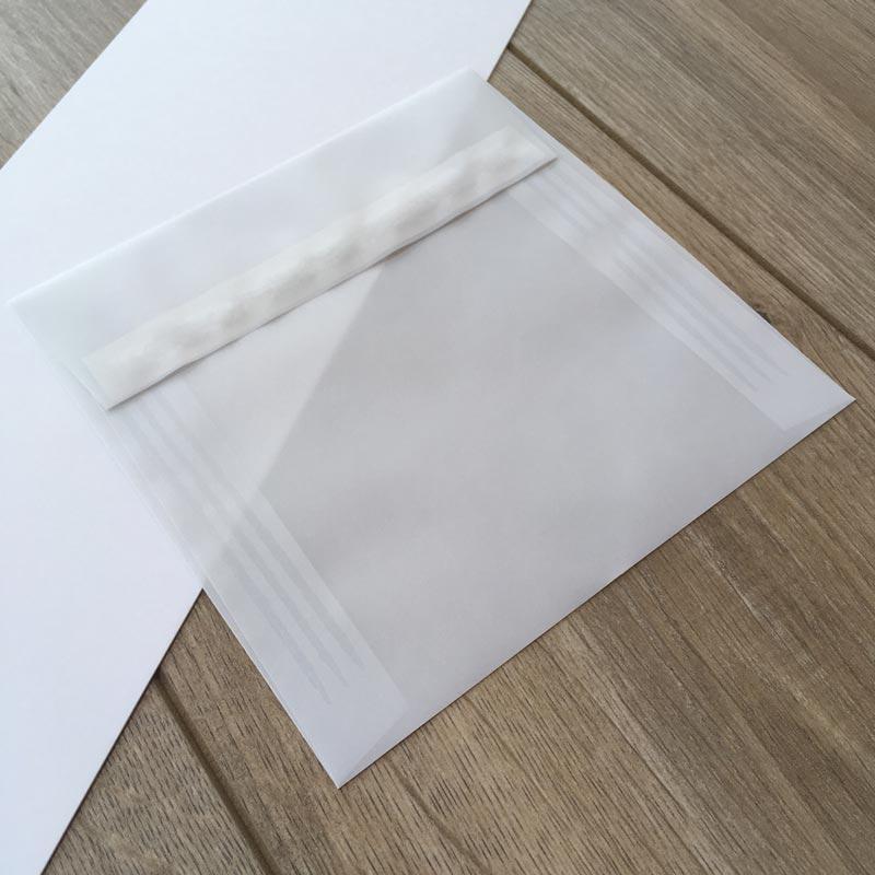 Kuverta iz belega paus papirja s poudarjeno prosojnostjo 16x16cm