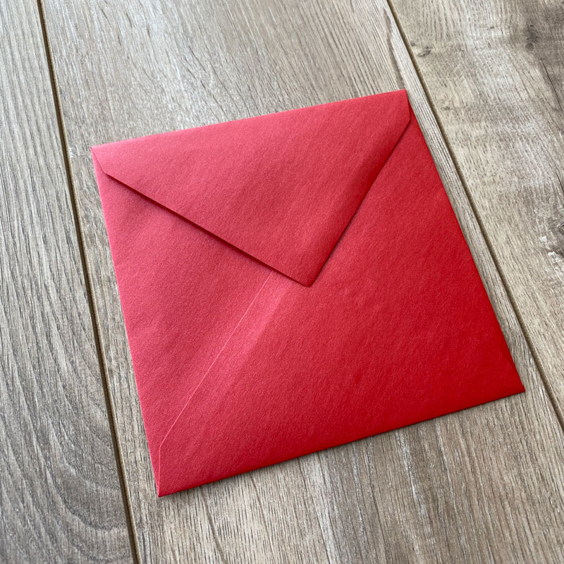 Sijoča rdeča kuverta 17x17cm - Spredaj