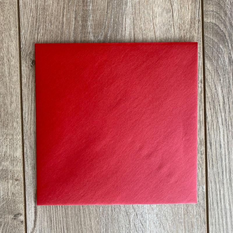 Sijoča rdeča kuverta 17x17cm
