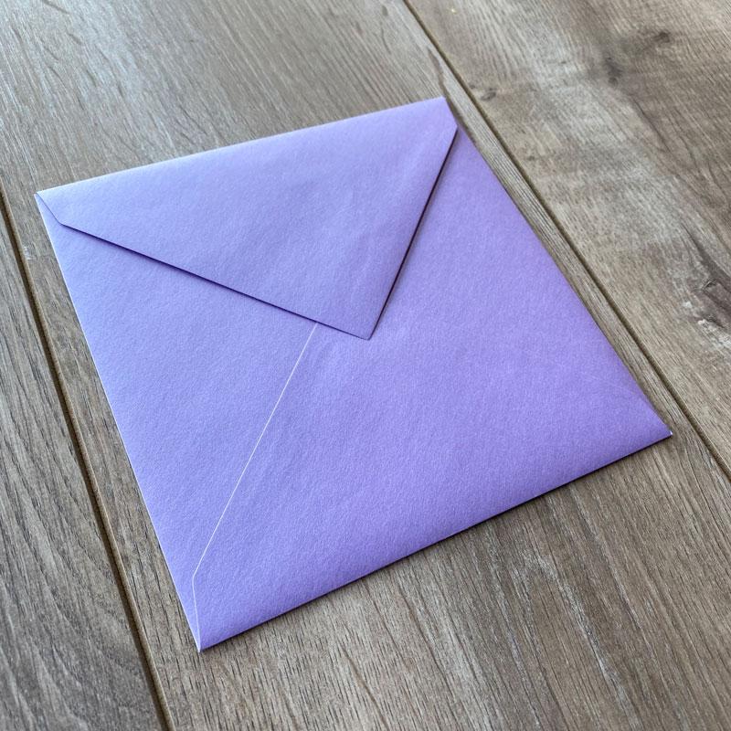 Sijoča kuverta v barvi sivke 17x17cm - Spredaj